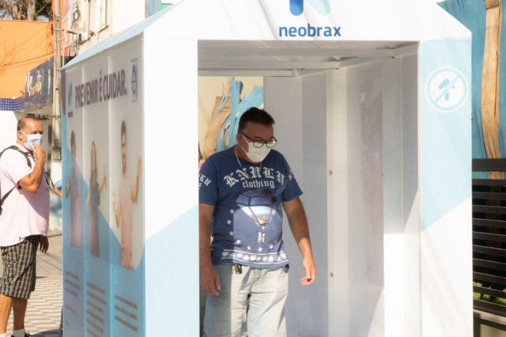 Cabine de higienização é uma das ações da prefeitura para combater o vírus (Foto: Divulgação/PMSS)
